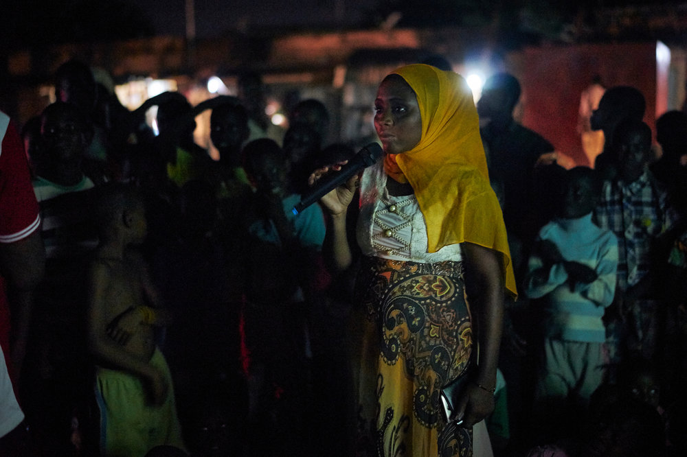Organiser Amina Boubalou speaks to an audience during a PDEV II supported Mobile Cinema screening in the neighbourhood of Talladjé, Niamey, Niger