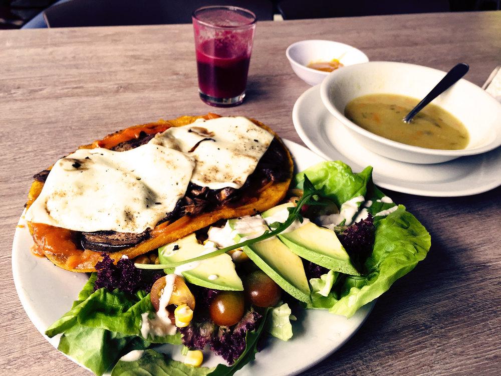 Déguster des plats végétariens dans notre restaurant, mais aussi des délices pour vos pauses gourmandes!