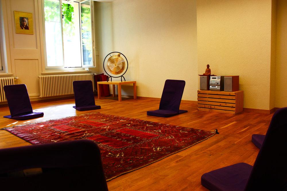 La salle Mantra offre une tranquilité et un cadre paisible pour la méditation ou thérapie de groupe