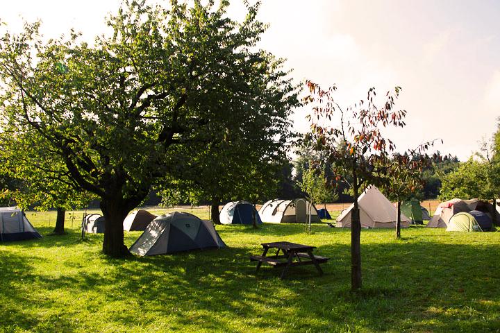 Geniessen Sie unvergessliche Outdoor-Erfahrungen in einem Zelt.