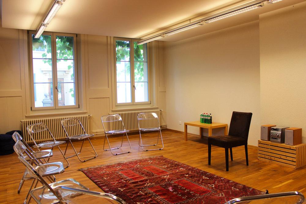 La salle mantra accueille les groupes réduits pour des discussions ou débats.