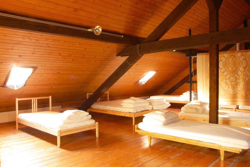 La convivialité du dortoir, l'assurance de dormir dans un lieu sain et très abordable
