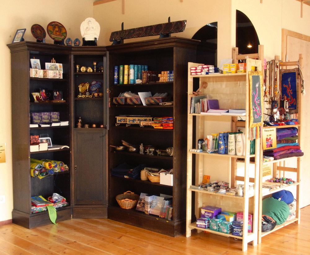 Notre boutique propose des produits tibétains, de l'encens, mais aussi le nécessaire pour votre séjour.