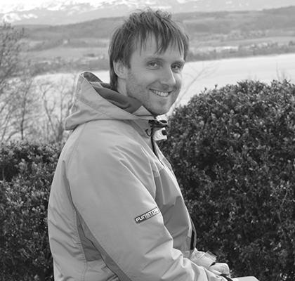 Jan Kos, Aide à la Cuisine et Entretien Ménager Jan est de nationalité tchèque. Il s'intéresse aux domaines de la santé, de la nutrition, de la cuisine, de la spiritualité, ainsi qu'à d'autres sujets d'ordre technique. Il travail le au Landguet Ried depuis 2013 où il a participé à de nombreuses tâches très variées, notamment la maintenance, la cuisine, l'entretien ménager et le jardinage... Il a vécu dans plusieurs pays avant de s'installer finalement en suisse avec sa compagne Caroline; à l'heure actuelle, leur fille Amalia accapare une grande partie de leur temps...
