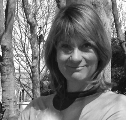 Antje Stahlschmidt, Rezeption, Gästebetreuung und Event-Management Antje kommt aus der Gegend von Frankfurt, lebt aber seit ihrem 18. Lebensjahr in Frankreich. In Korsika und der Provence arbeitete sie einige Jahre im Tourismus als Reiseleiterin und Rezeptionnistin. Nach ihrem Studium in Videotechnik war sie ab 1992 beim deutsch-französischen Fernsehsender Arte in Strasbourg angestellt. 15 Jahre lang war sie als freischaffende Video-Journalistin für verschiedene Fernsehanstalten tätig, als Zeitzeuge mit ihrer Kamera auf Entdeckung der Welt. Kraft und Entspannung schöpft sie in der Meditation, dem Chorgesang und Bergwandern. Seit kurzem ist sie nun im Landguet Ried als Hospitality-and Event Manager. An der Rezeption, am Telefon und vor Ort ist sie Ihre Partnerin und Stütze in der Organisation all Ihrer Events.