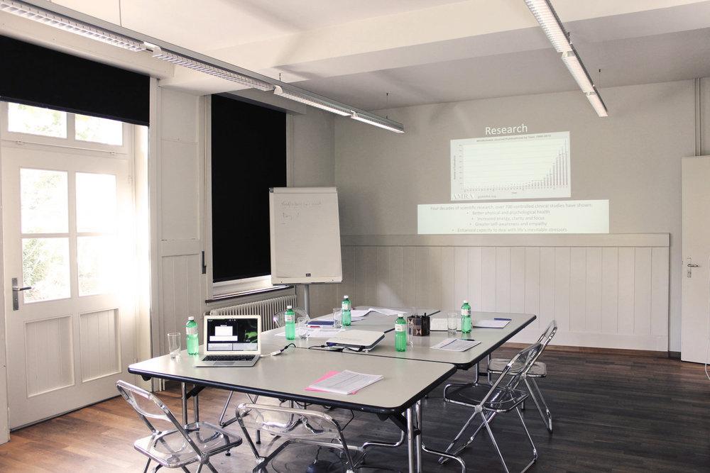 Der Seminarraum Sangha ist für Teamtagungen, Strategiemeetings und Brainstorming gedacht
