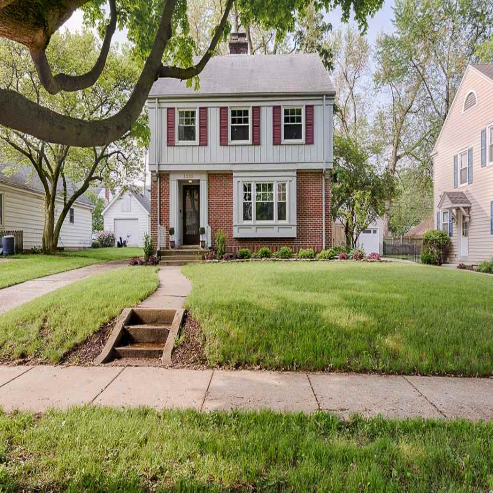 1225 W Foster - SOLD 7/6/18   Represented: Seller Days on Market: 1 Percentage List to Sales Price: 103% Sale Price: $165,000
