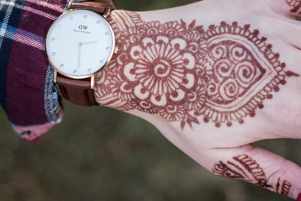 The Outdoor Fashion of a Young Henna Artist 9