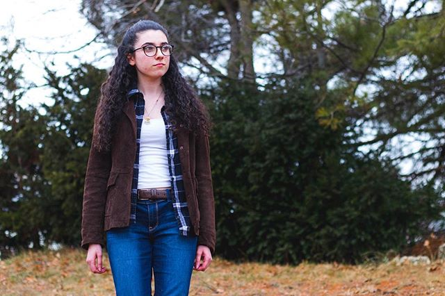 There's a thousands ways to style a flannel. With jacket, over a hoodie, tied, over a tee shirt, over a sweater. How will you wear it? Check out our flannel outfits at pauloparadox.com (Link in bio). . . . . . . . . . . #winterstyle #flannelshirts #flannel #bluejeans #winterfashion #winterland #coldweather #layers #glasses #fashionblog #fashionblogger #womensfashion #womenswear #whitetee #styleblogger #styleblog #fashionpost