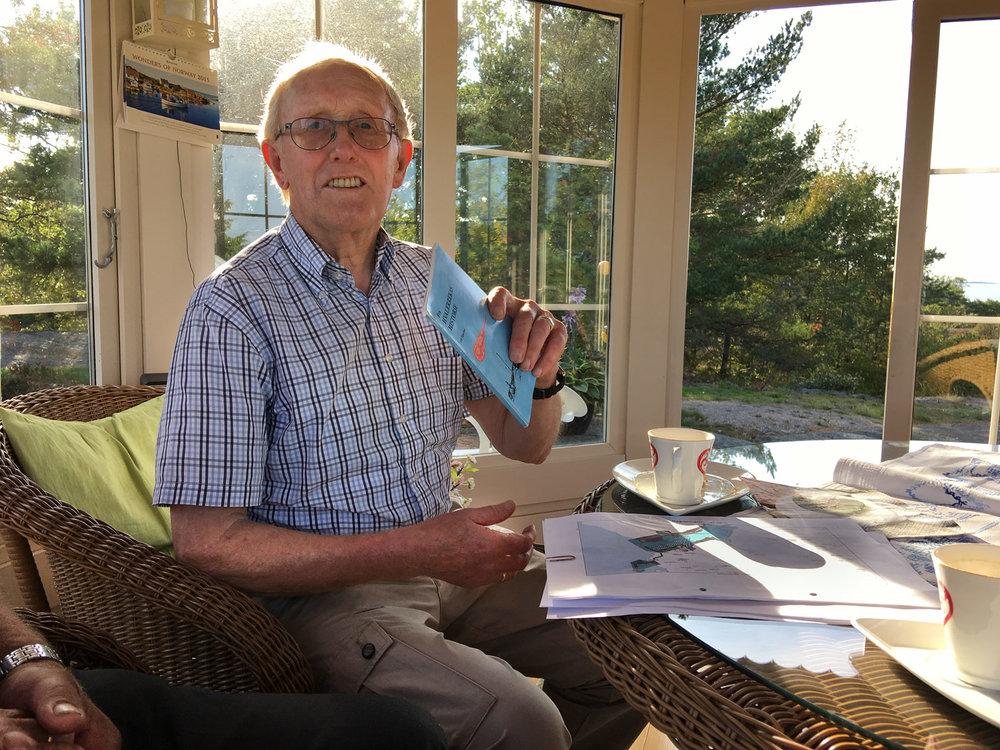 Verdifull livserfaring. I tillegg til ypperlig servering, finner Reidar Johansen (83) fram både gode minner, kart og bøker om Papper i gamledager.