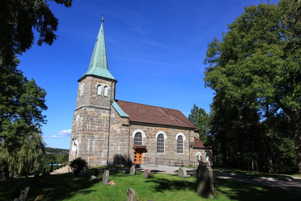 Spjærøy kirke ble bygget av granitt fra Spjærøy. Mange lokale stenarbeidere bidro med gratis byggearbeid.