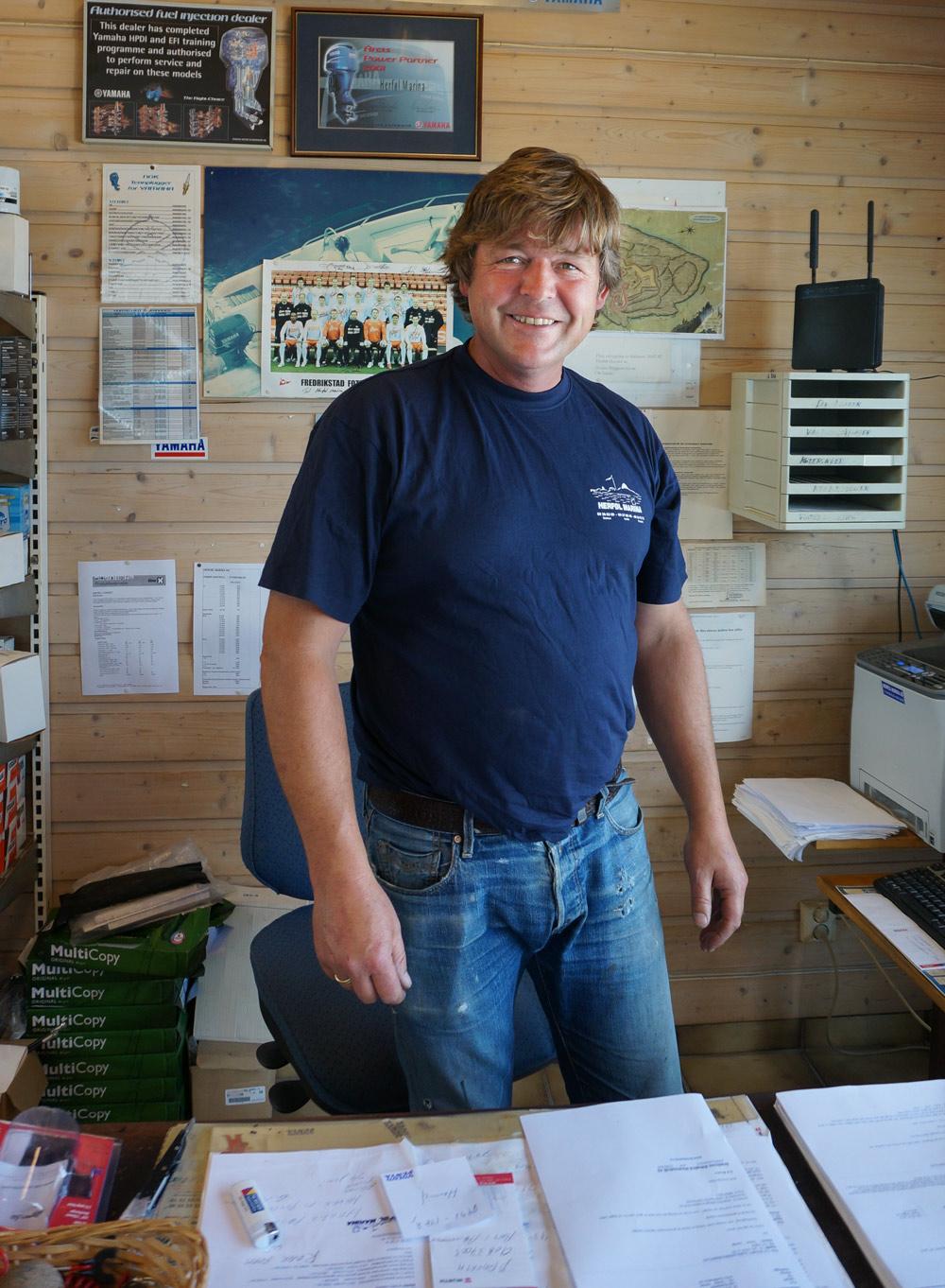 """Nå er det Lars Bustgaard som driver Herføl marina - mens faren Nils er blitt """"degradert"""" til hjelpegutt."""