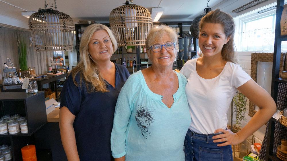 Gry (til venstre)hadde lenge drømt om å åpne en egen butikk. Drømmen gikk i oppfyllelse i 2009. Her er tre generasjoner samlet i butikken. Unni Bustgaard (snart 75), her sammen med svigerdatter og barnebarnet Frida (23).