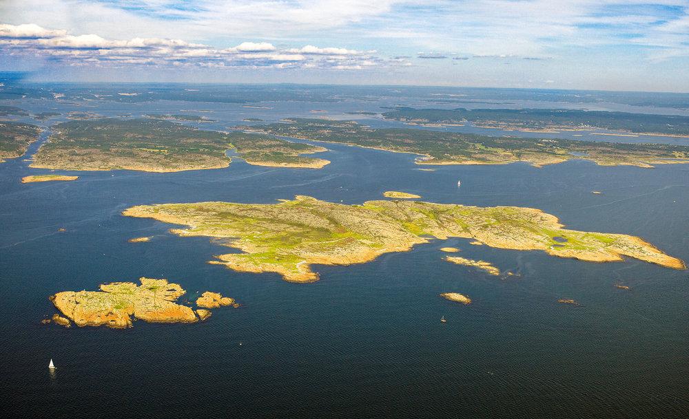Akerøya sett fra vest i midtre Oslofjord. Ytterst til venstre en flik av Vesterøy, så Sppjærøy, Asmaløy, og Kirkøy helt til høyre i bildet. Foto: Arne Kjeldstadli