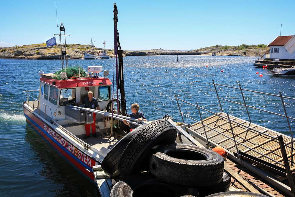 """Havnen på Nordre Lauer. Hvaler-enheten med Tom Eilertsen og Eivind Børresen ombord i """"Svanen"""". Foto: Eirik Dahl/Visit Hvaler"""