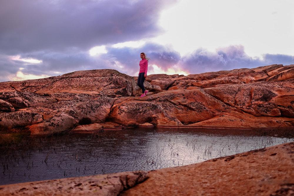 Har du knapt med tid og rekker knapt en tur på kyststien i Østfold - reis til Guttormsvauen på Vesterøy, Hvaler. Ingen reiser hjem uberørt fra dette svabergparadiset i rosa og oransje!
