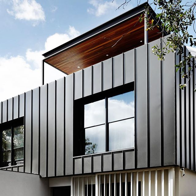 Clever use of timber has enhanced this Melbourne homes monochrome palette and contemporary design. The interior design by #sisallainteriordesign is inspiring. #moderntownhouse #insightarchitecture #timberpanelling #residentialarchitecture #residentialdesign