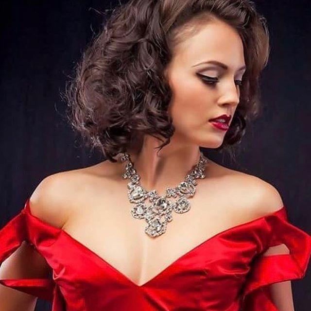 What do you see first? Lips, necklace or dress??!💄 #senecaandboone  @senecaandboone 👸🏻👸🏽👸🏻