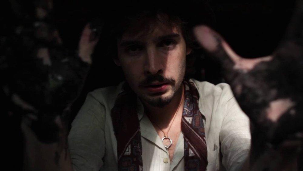 """BIO En 2015, el joven bluesman David Moikave, reúne secuaces para su banda; encuentra a Jon Goikouria (Bajo) e Ibai Velázquez (Batería) a través de la red secreta de pantanos entre Cantabria y Bizkaia; Con su disco debut """"Hora Magora"""", salen de gira presentando un potente directo que asombra al público, poco acostumbrado a la clase anglosajona y letras en castellano. Alguien escribe en los medios: """"Los últimos indios del rock/blues"""".  En 2017, se une la pieza definitiva para redondear el sonido, la teclista Nerea Arrieta. Pre-estrenan su segundo trabajo """"La Fiebre del Oro Negro"""" (AceMusic) en varias salas de la península para calentar motores y empiezan la gira oficial en Octubre 2017."""