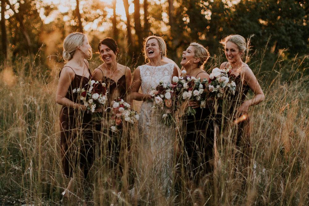 Sposa e damigelle sorridenti al matrimonio