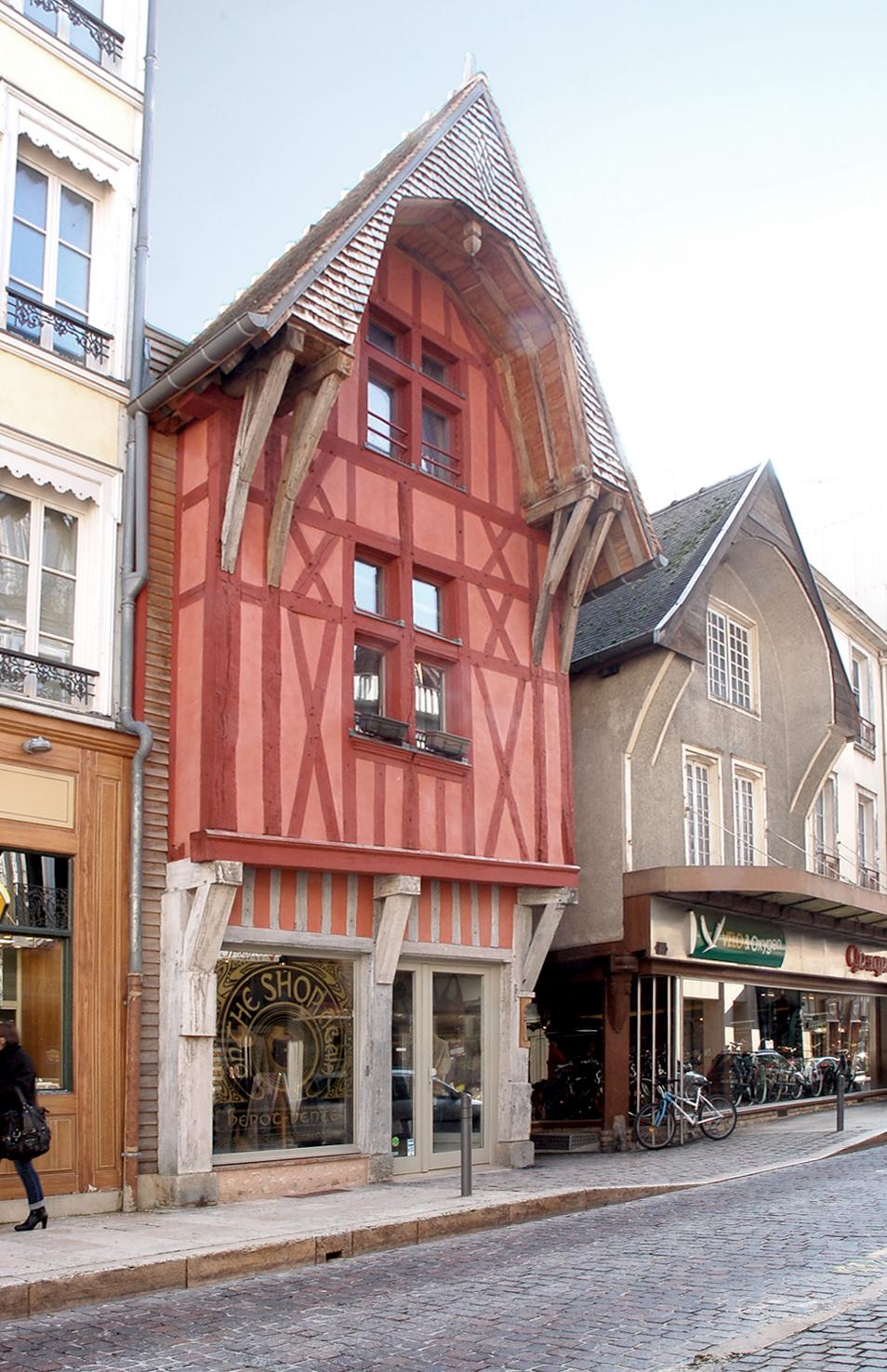 Restauration d'un immeuble de 3 logements et 1 commerce à Troyes - Lauréat des Ecussons 2010 remis par Sauvegarde et Avenir de Troyes