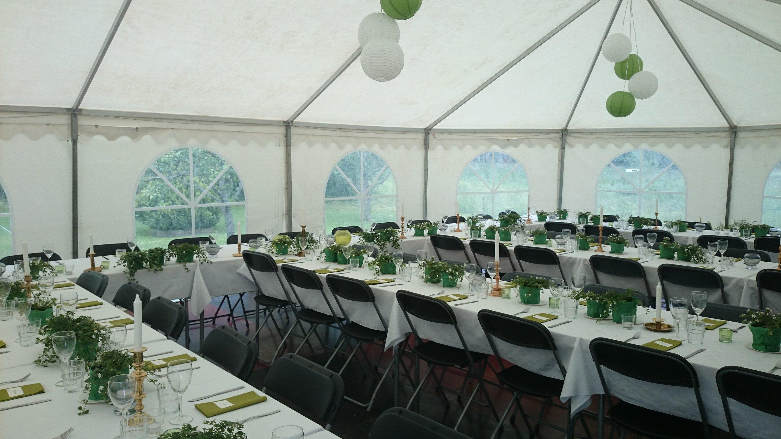 Dukade bord i tält