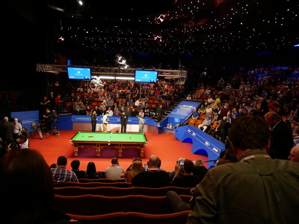 Sen gick vi och tittade på andra semifinalen i snooker-VM. Higgins mötte Hawkins. Den förstnämnde vann avgörande framet efter en kvart typ så det blev annan underhållning med favoriter från förr. De showade och berättade några roliga och några väldigt sexistiska skämt och anekdoter.