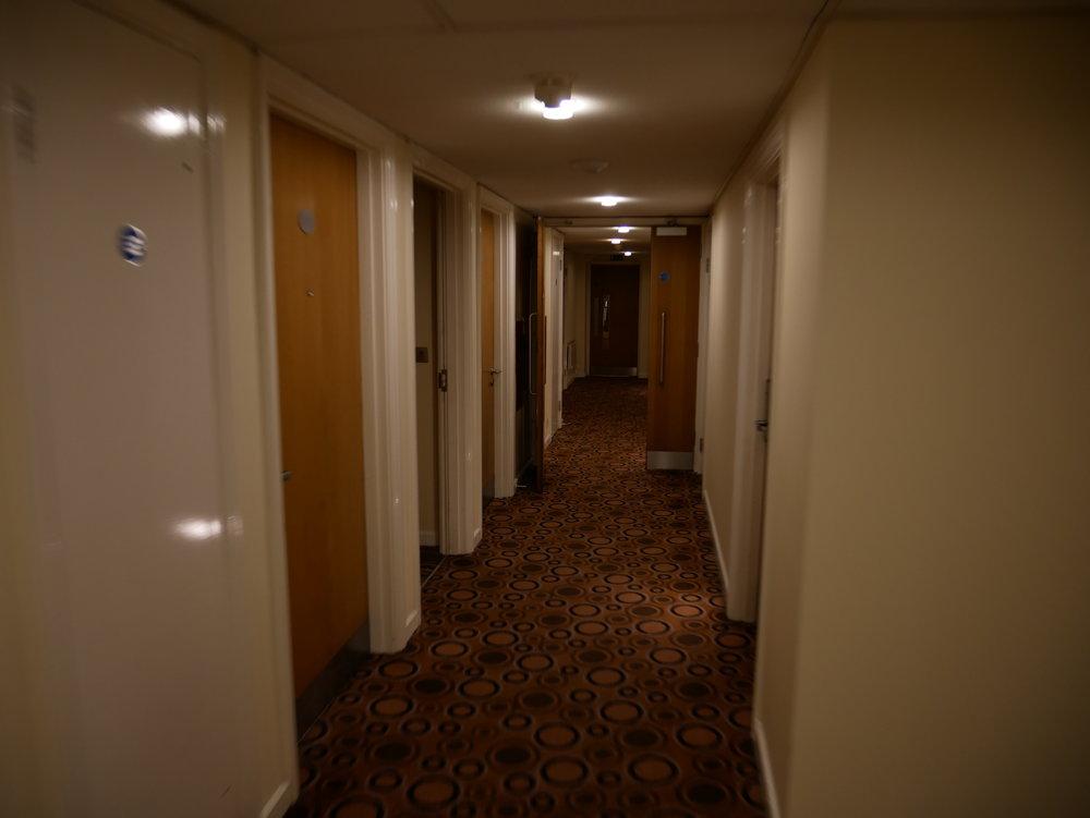 Här är en hotellkorridor som ber om att bli hemsökt.
