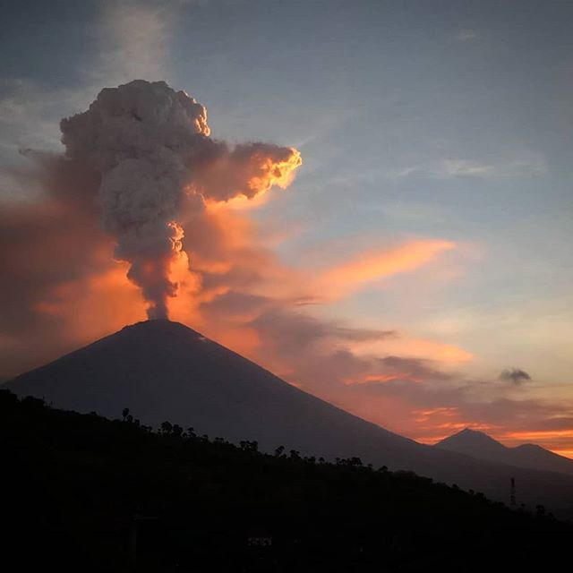 volcano's at it again!!! #amed #bali #agung #mtagung #volcano