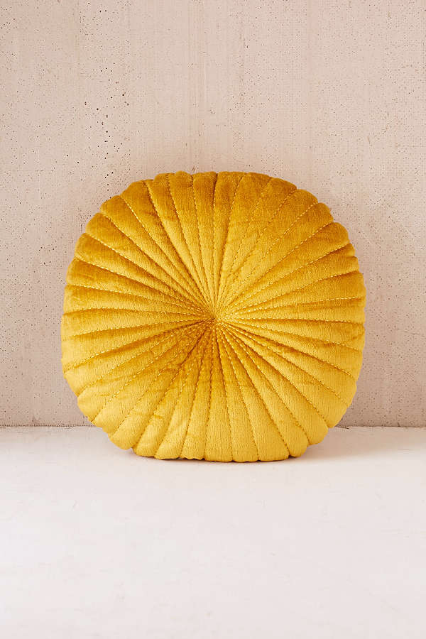 shelly-round-velvet-pillow-gold-ad3c2950644e798723ef16a89ea2d536.png