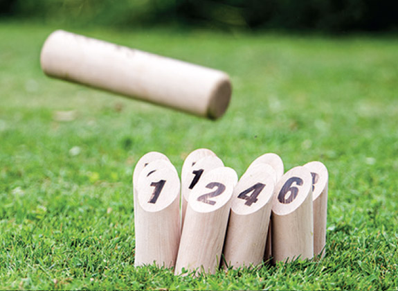 Ste-Sauvage   Entre pétanque et bowling, entre simplicité et stratégie et entre jeu familial et compétitif, il y a Ste-Sauvage, jeu de quilles finlandaises !