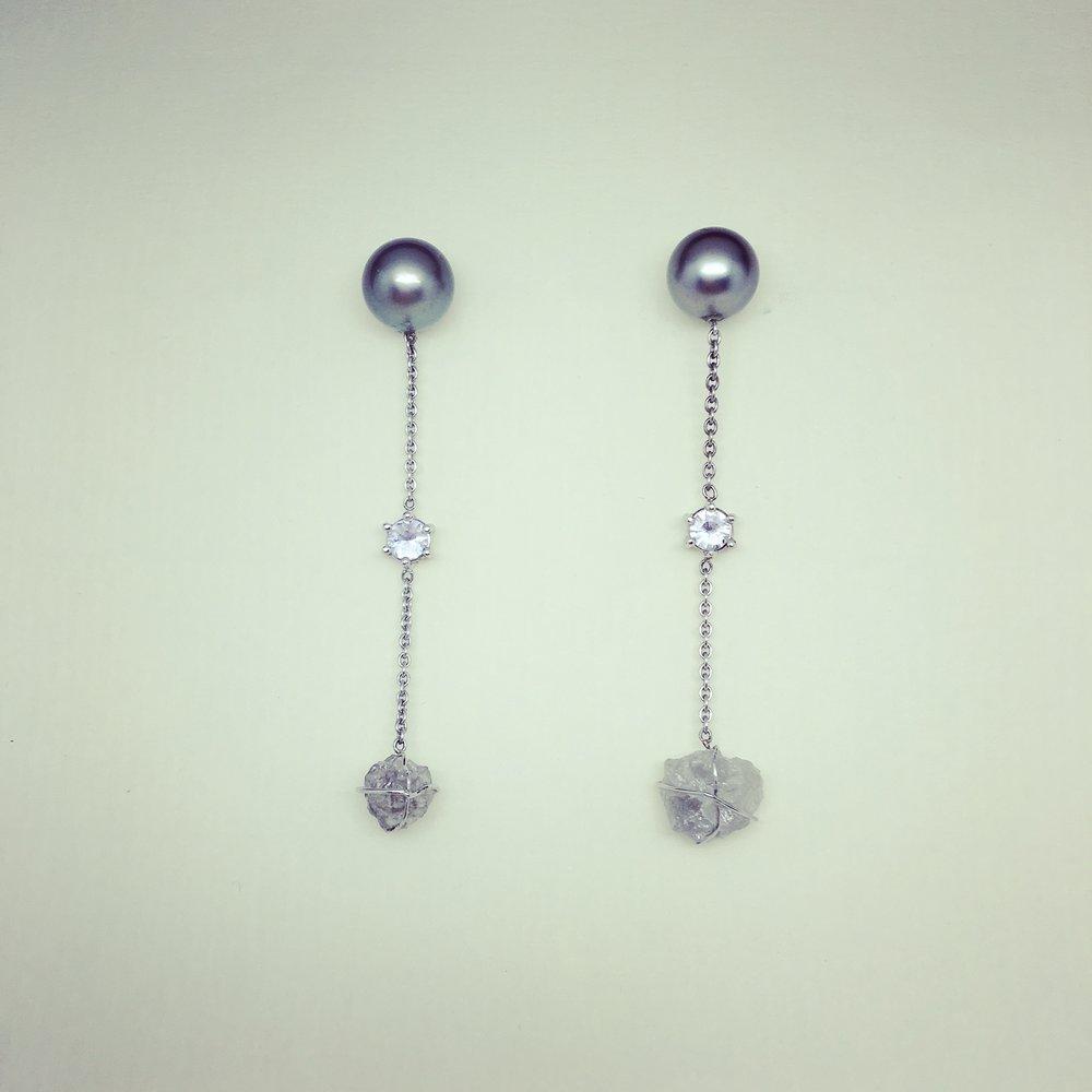 Ohrhänger mit Perlen, Saphiren und Rohdiamanten in 750/000 Weißgold