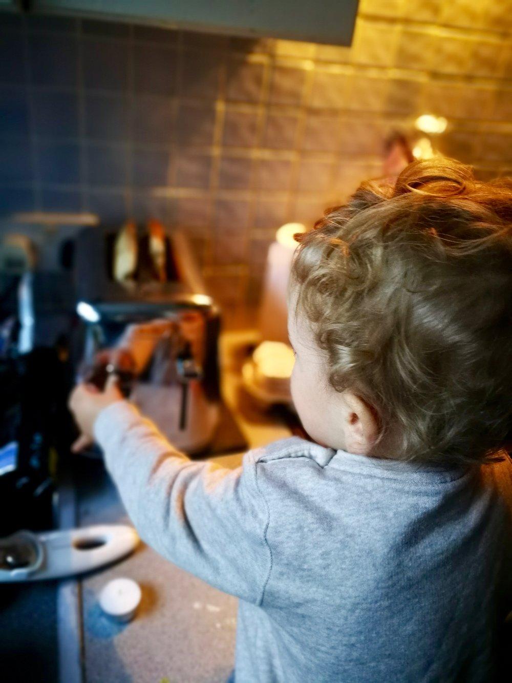 02-Cooking-breakfast-with-Alexjpg.jpg