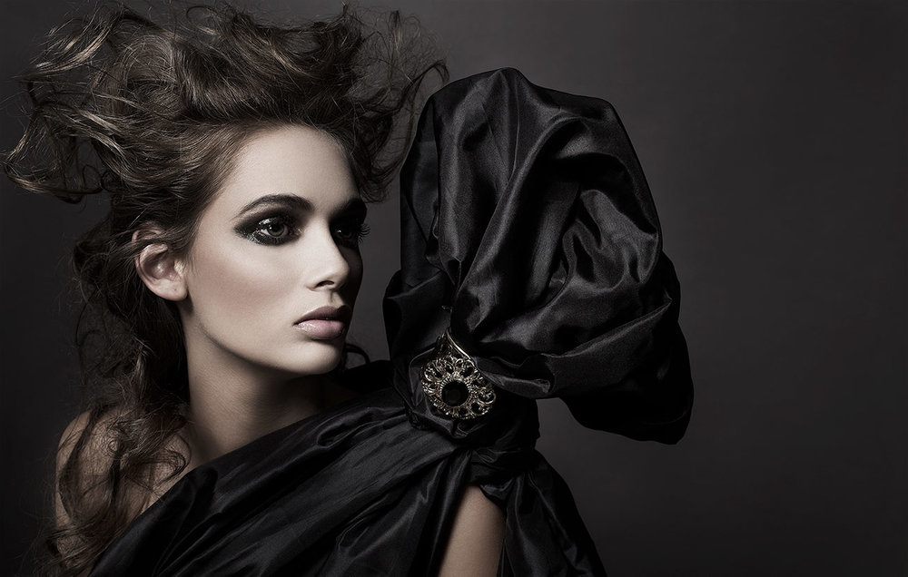 Portrait of woman looking to the side with heavy dark eyeshadow and makeup - Mark DeLong: Fashion Gallery