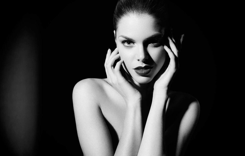 Mark DeLong - Beauty Photographer - Black and white image of topless woman with hands on her chin
