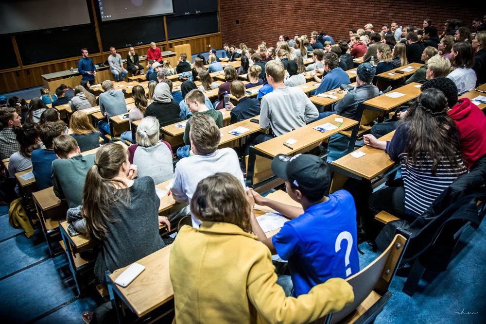 Grill en kristen er et populært arrangement som ofte trekker fulle hus på både skoler, universiteter, menigheter og festivaler.