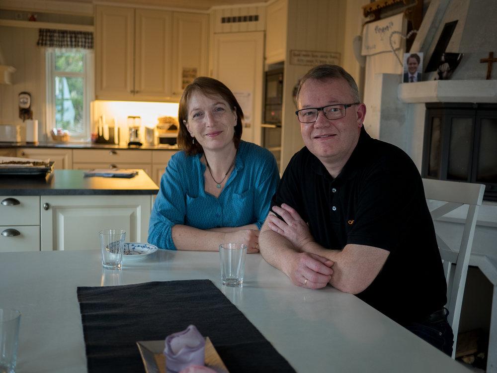 Elisabeth og Nils Ingvald ved middagsbordet. Her kan familien dele tanker om tro og hverdag med hverandre.