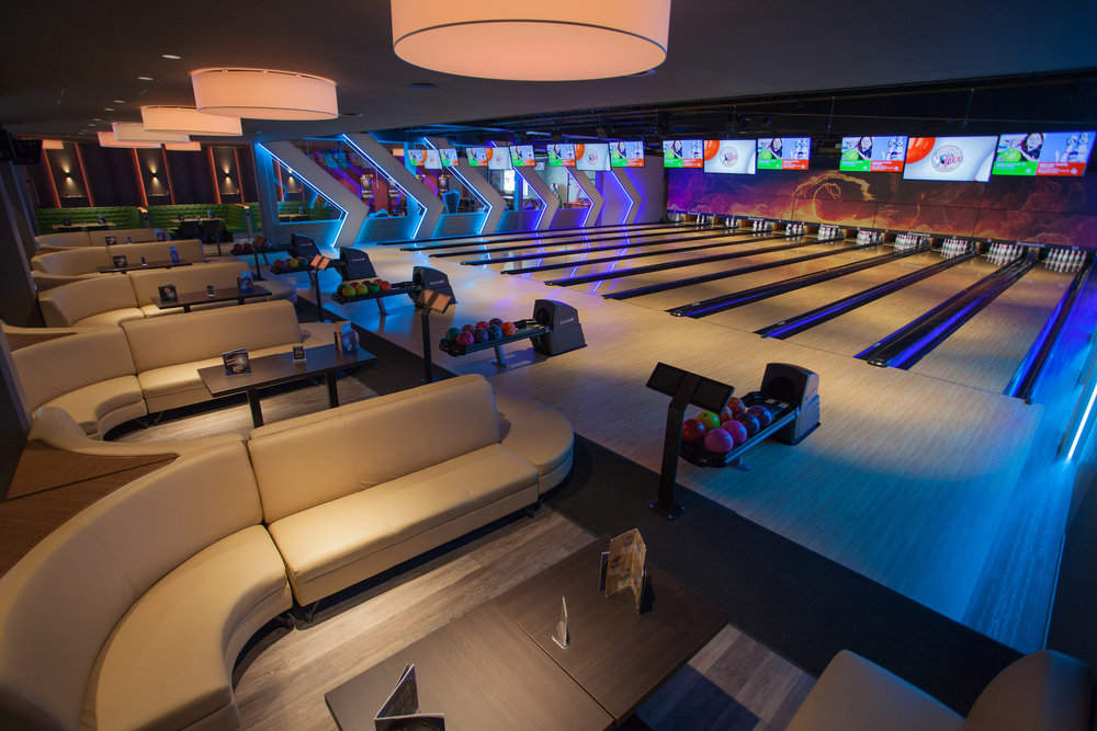 Sitzlounges (Blickrichtung Bahnen), Links hinter dem Glas befinden sich die Falken Lounges sowie der Billiard und Dart-Bereich und die Funzone