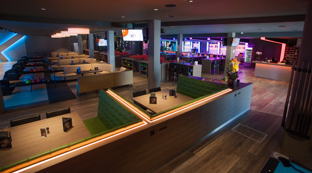 Falken lounges (Blickrichtung Bowling Bahn, Bar & Restaurant)