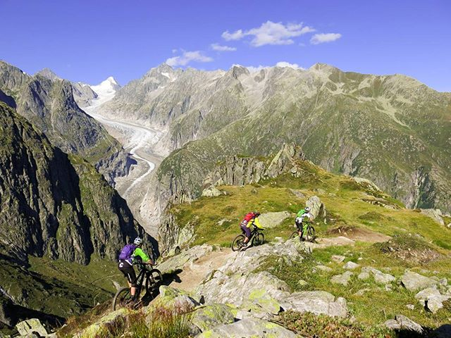 What's better than going for a ride with your friends? Going for a ride with your friends above a glacier maybe?  #alpinetrails #bikevalais #bikeswitzerland #ridewithyourfriends Copyright: Jerome Clementz