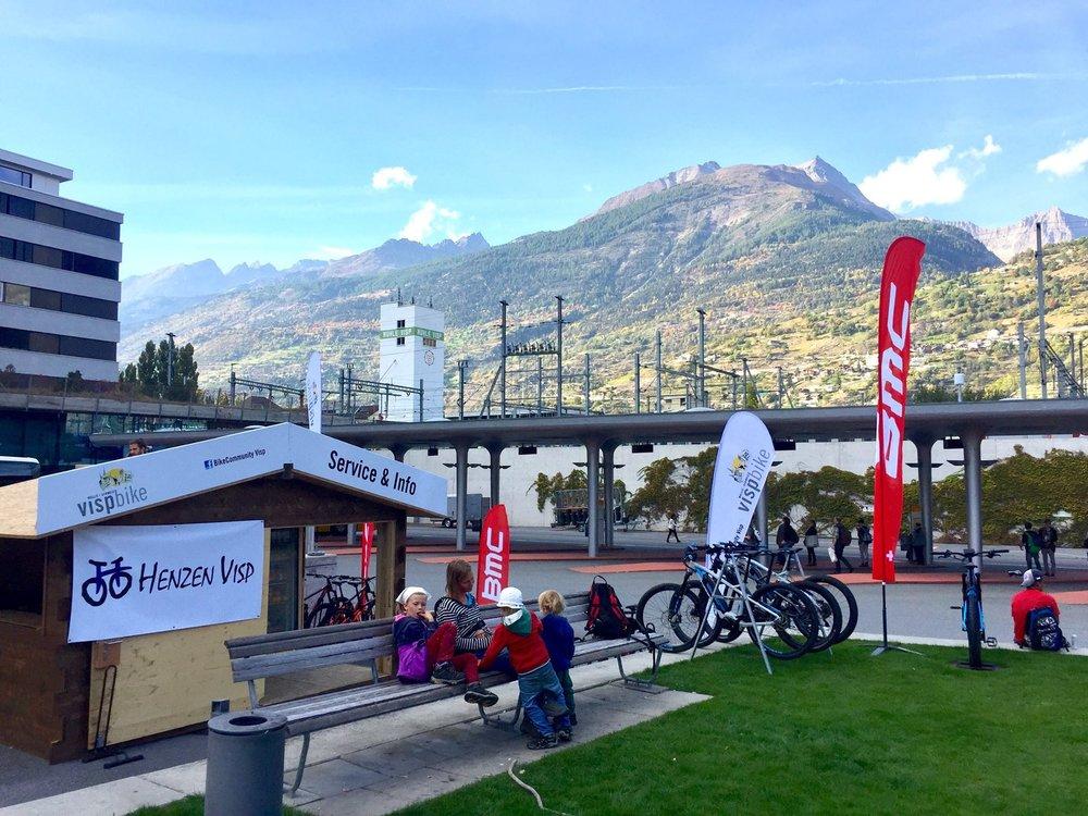 Info +Service PointBahnhof Visp - Good News!Direkt am Bahnhof Visp (vis-à-vis Postautos) gibts im Spätsommer/Herbst 2017 eine kleine SERVICE & INFO Stelle (jeweils am Nachmittag von 13:00 - 18:00)Schaut vorbei, es lohnt sich:✔️ Versch. Bikes/E-Bikes ausleihen & testen✔️ Reparaturen & Ersatzmaterial✔️ Tipps & Touren-IdeenMERCI für die Initiative!Visp Tourismus|Velo Henzen Visp|PostAuto / CarPostal / AutoPostale / PostBus|Pfammatter Maler und Gipser AG| Gemeinde Visp