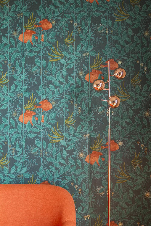 Salon coin canapé mur lampadaire.jpg