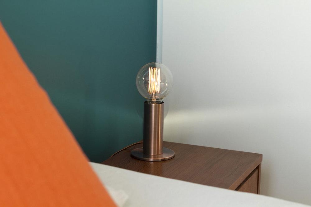 Chambre coussin mur table de nuit.jpg