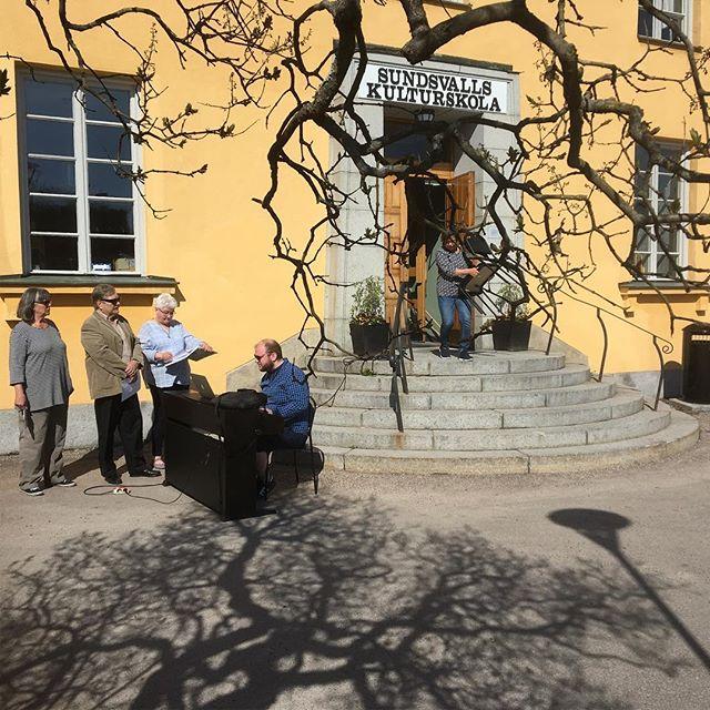Vi tränar för fullt inför vårt musikquiz på Skvadern lördag den 19. Du har väl köpt biljetter? 😊🎶#musikquiz #körsång#tonicakonsert#Skvadern