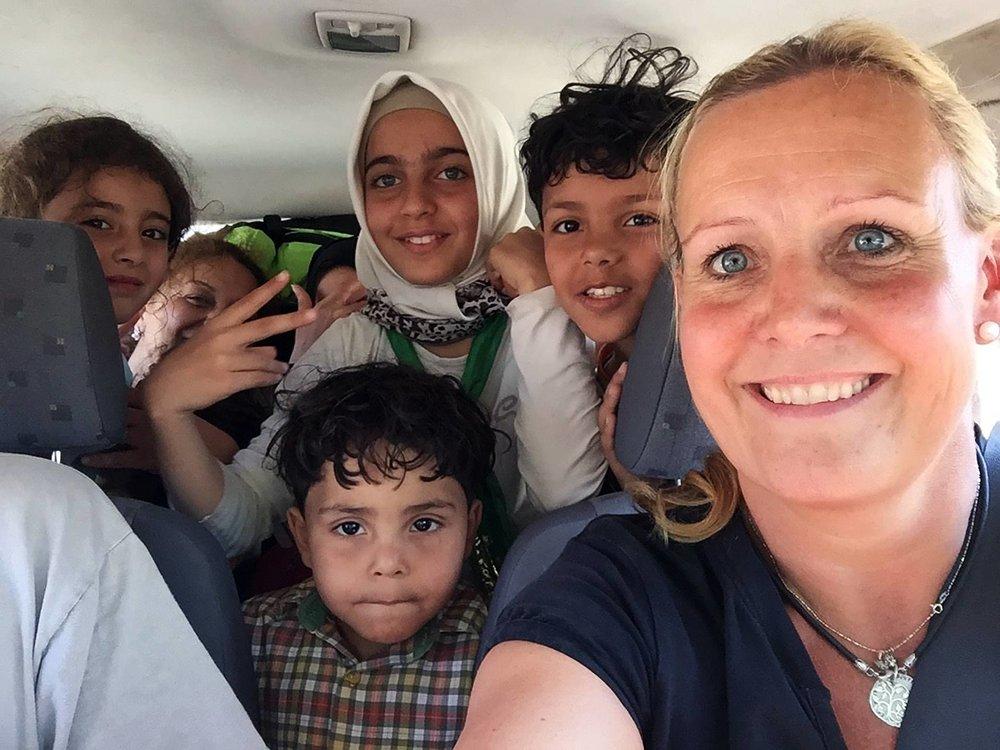 I bil med flyktningbarn. Foto: Dråpen i Havet.