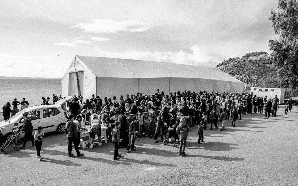 Frivillige serverer frokost ved flyktningsleieren i Souda. Foto: Eirik Johan Solheim.