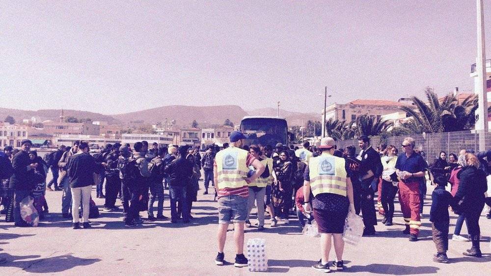 Frivillige assisterer de lokale ved ankomsten av en ny båt til havnen i Chios. Foto: Dråpen i Havet.