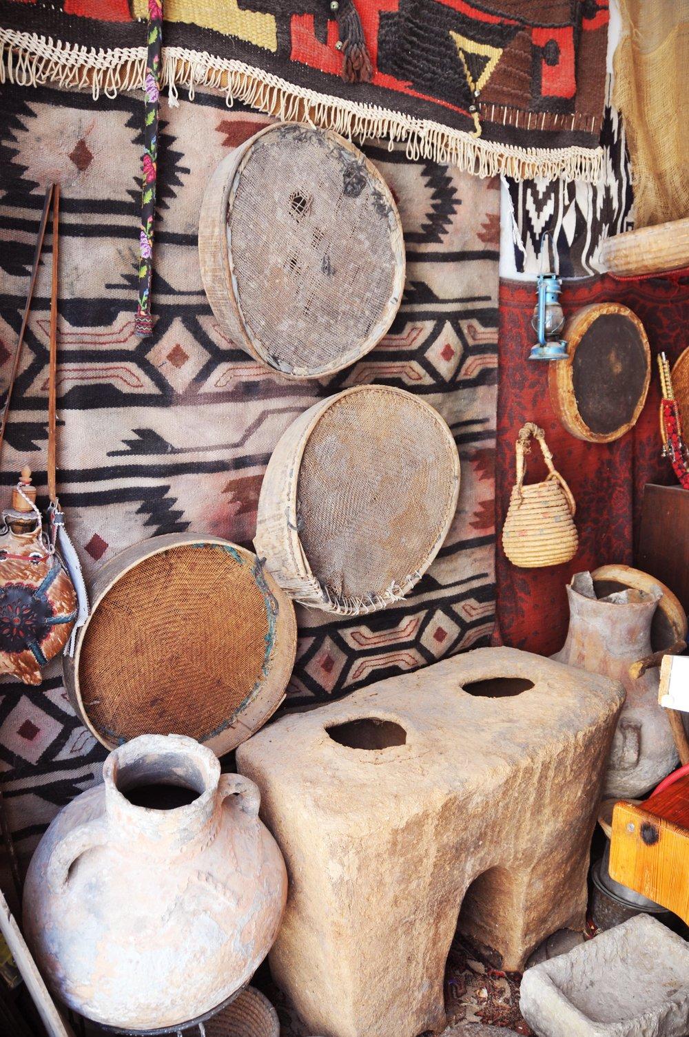 JORDBRUKET: Før de ble flyktninger drev mange av familiene i Aida med jordbruk. Her er krukker til oppbevaring av olje og vann, robar, sil til å rense frø, hishe, og en jordkasse til å oppbevare mat. Disse er trolig fra tidlig 1900-tall.
