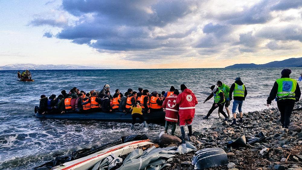 Dråpen i Havet og andre hjelpeorganisasjoner hjelper flyktningene i land på Lesvos i januar 2016.
