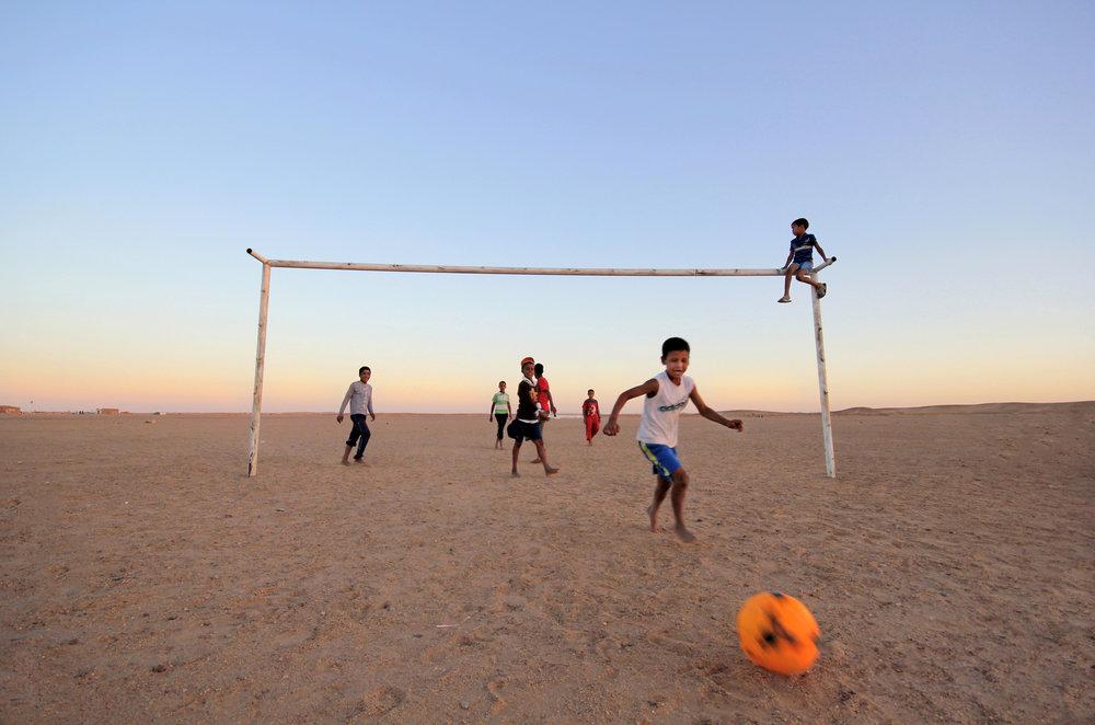 Dagene i ørkenen er lange og varme, men så fort sola senker seg er barna ute i aktivitet. Foto: Mali Galaaen Røsseth